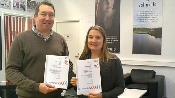 Generální ředitel Valtavalo a manažerka kvality s novými certifikáty